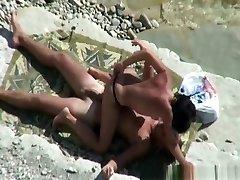 topless naine sõidab alasti mees, kalda