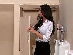 Drie MILF pornosterren neuken een lul in het kantoor