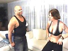 Kåt jente wrestles en svart kuk