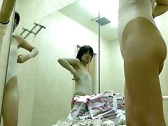 Sexy Asiatique obtient sa nudité enveloppé dans du tricot sur voyeur cam