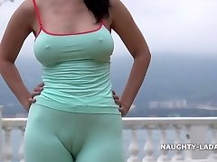 Cameltoe while jogging. Wearing cock-squeezing leggings