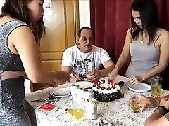 נשים אסיאתיות חובבות מוחלפות במסיבת יום הולדת