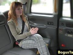 Rondborstige roodharige taxi cutie assfucked door driver
