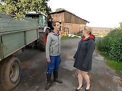 dorp mollige blonde wordt geneukt door tiener boer en gevoed met zijn sperma