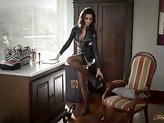 सेक्सी लेटेक्स में Ania Kinski हो जाता है ठीक से