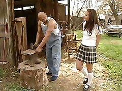 Skolniece Daniella Rush kļūst grūti penis fuck saimniecībā