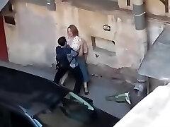 šnipinėjimo riebalų mergaitė gauti pakliuvom iš balkono