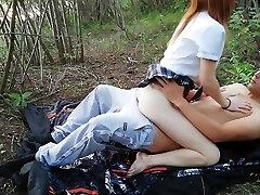 moksleivė gauna pakliuvom į mišką po pamokų