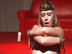 Striptizeta s пирсингом u bradavicama video prikaz