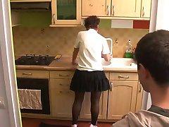 κορίτσι επισκεφθείτε τη μαμά στην κουζίνα