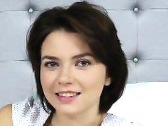 सेक्सी रूसी किशोरों की एक मुर्गा पर श्यामला