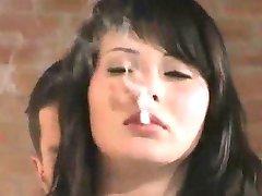 Prekrasna u шубе puši