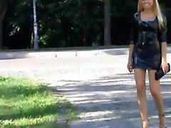 krásná blonďatá žena procházky v parku