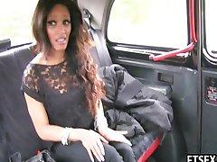 Ébenfa baszik egy taxiban