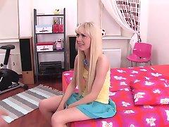 Virginee-젊은 아름다운 소녀가 사랑하는 섹스
