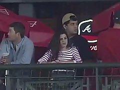 터치는 그녀의 가슴과하는 동안 야구 게임