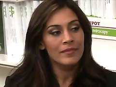 Rondborstige MILF Raylene Neukt Haar Medewerkers