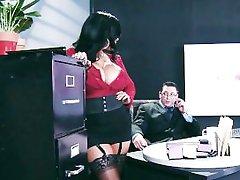 Velike sise donje rublje odjeven pomoćnik Kiara MUP-šef fucks joj na poslu