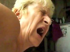 Hässliche Oma bekommt DP cum pissen furzen durch satyriasiss