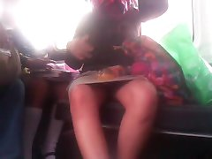 Carolina nyitva lábát a buszon