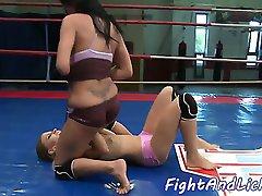 wrestling lesbiene oral în sixtynine