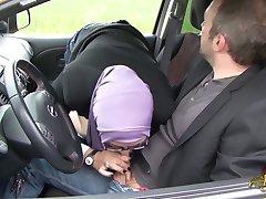 Sarah AbdelKhader suce son mec dans la voiture Beurette Tour