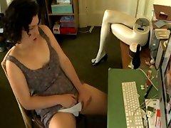 Frente ao ordenador masturbando-se