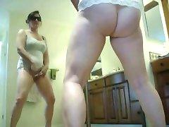 Gražus pavogta vaizdo mano mama masturbuojantis priešais veidrodį