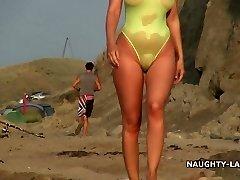 Vien maudymosi kostiumėlį ir nuogas paplūdimyje