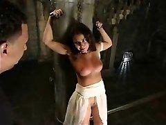 Mer pisking for en sexy slave