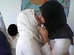 nekilnojamojo musulmonų moterims
