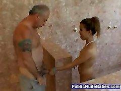 אסיה מציצות הזקן מקלחות ציבוריות