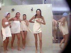Porkys - Kukkoló gloryhole zuhanyzós jelenet (solo lányok)