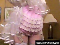 Nadržený crossdresser v sexy spodní prádlo leští péro
