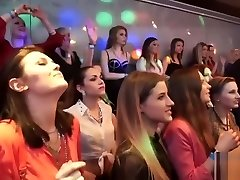 Τα κορίτσια σε ένα πάρτι πιπιλίζουν στρόφιγγες