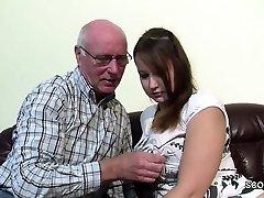Opa Rudolf darf 18yr alten Smulkutis nach der Schule ficken