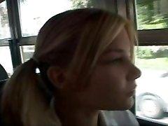 mokyklos autobusas mergina