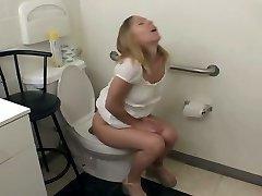 Tupa белобрысая problema Julie Knight Pušenje na podu u kupaonici