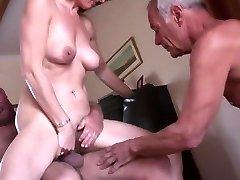 Unexperienced mature cuckold threesome
