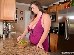 Busty Pornstar Nikki Smith Fucks Hsbbys Draugas Virtuvė