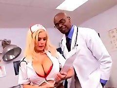 Slaugytoja su didelis krūtinę