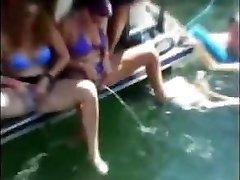 spring break merginos pissing vandenyje