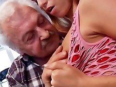 Sekso mylėtojas senelis Gustavo sušikti jaunų pūlingas, liejimo porno