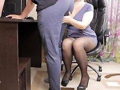 paauglių lady bosas suviliojo savo darbuotojų ir davė jam cum kelnaitės