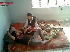 indisk medisinsk student rota med yngre kjæreste på venn
