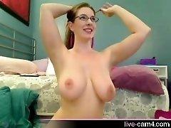 Big boobed ungdoms med briller, leker med henne perfekt kropp