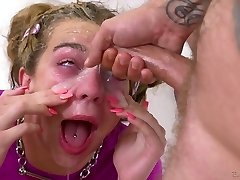 brutal dude knuller dyp hals og anus og cums på øynene av frekke dama tiffany watson
