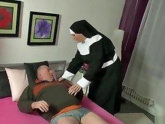 vokietijos lokys šapalai yra patenkinti vienuolė