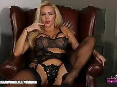 blond jente dannii harwood i sort undertøy ønsker du å snuse og wank