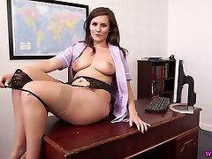 oversexed sekretær charlie rose tar av skjørt og viser av henne boobies